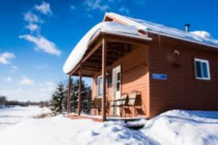 Chalet sous la neige au Canada